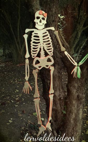 Squelette orange tout entier